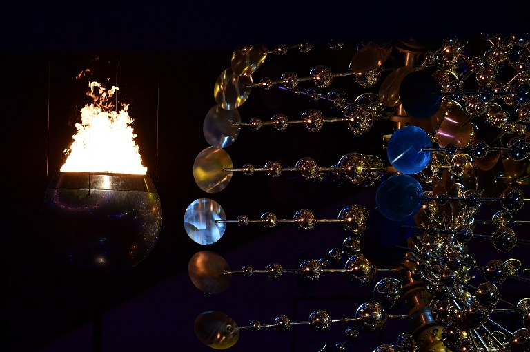 The flame burns in the Olympic cauldron during the opening ceremony of the Rio 2016 Olympic Games at Maracana Stadium in Rio de Janeiro on August 5, 2016. / AFP PHOTO / Emmanuel DUNAND