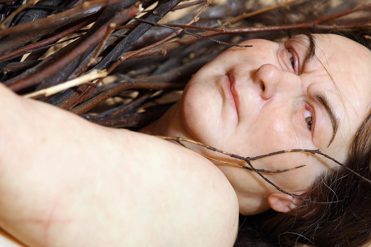 "Ron Mueck -""Woman with Sticks"" - Iperrealismo"